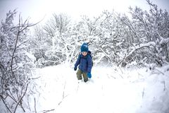 Un enfant court par la neige image stock