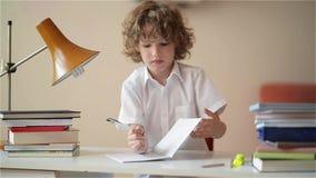 Un enfant d'âge scolaire primaire font des devoirs Le garçon a fait le travail et a fait une promenade clips vidéos