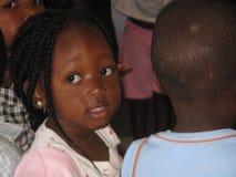 Un enfant dans des schoolclass de l'Afrique Image stock