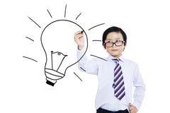 Un enfant dessinant l'ampoule photo libre de droits