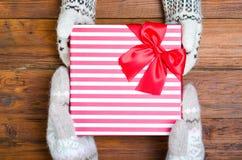 Un enfant donnant à sa mère par cadeau de Noël au-dessus d'un tabl en bois images stock