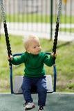 Un enfant en bas âge an de bébé garçon utilisant le chandail vert au terrain de jeu Image libre de droits