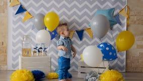 Un enfant en bas âge rit et les battements à attacher monte en ballon banque de vidéos