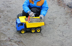 Un enfant et une voiture de jouet Image libre de droits