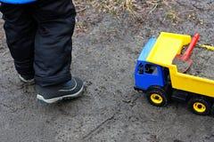 Un enfant et une voiture de jouet Photos stock
