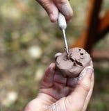 Un enfant forme l'argile brun utilisant des outils de spécialité dans un atelier pendant un festival d'art dans Gulfport, la Flor images stock