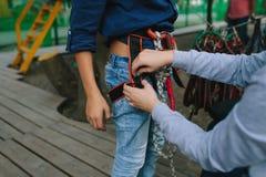 Un enfant habille l'équipement pour une hausse sur un funiculaire images libres de droits