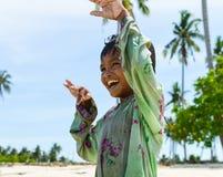 Un enfant indigène appréciant sa danse sur la plage Images stock