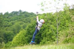 Un enfant joue avec une traversée tyrolienne Photos libres de droits