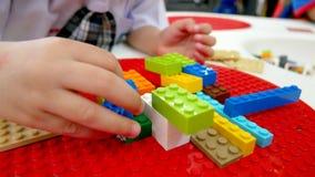 Un enfant joue des jouets Blocs constitutifs et jouets de briques photos stock