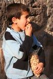 Un enfant mangeant des arachides images stock