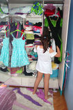 Un enfant mignon choisissant la robe Photographie stock