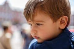 Un enfant mignon et sérieux regardant attentivement Photo stock