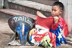 Un enfant non identifié a vieilli 7 ans d'usage de costumes de fantôme Photos libres de droits