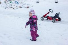 Un enfant se tient dans la neige Images libres de droits
