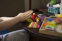 Un enfant travaillant avec de la p?te ? modeler photographie stock libre de droits