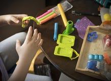 Un enfant travaillant avec de la p?te ? modeler images libres de droits