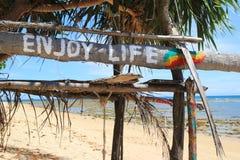 """Un  """"Enjoy de life†d'inscription sur la hutte abandonnée en bois Photographie stock libre de droits"""