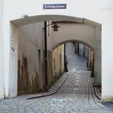 Un enrollamiento cobbled el carril en la ciudad vieja Imagen de archivo