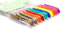 Un ensemble a coloré des stylos sur un fond blanc Photos libres de droits