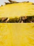 Un ensemble d'ananas a coupé dans la moitié - texture Photo stock