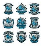Un ensemble d'emblèmes colorés, logos, dinosaures de la période jurassique Triceratops, insigne, bouclier Illustration de vecteur illustration libre de droits