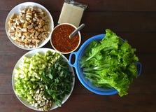 Un ensemble d'ingrédients pour faire cuire le neung de Nam, nourriture de Viatnam sur la table en bois photos libres de droits