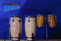 Un ensemble d'instruments de percussion Conga - tambours cubains sur les supports thème musical Fond pour une carte d'invitation  photo libre de droits