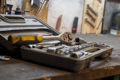 Un ensemble d'outils de travail dans le bureau de garage et de travail Photos libres de droits