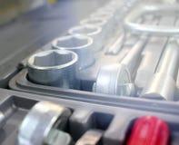 Un ensemble d'outils pour la réparation dans un atelier de voiture Images libres de droits