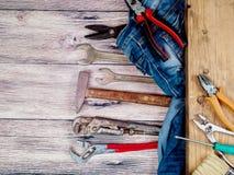 Un ensemble d'outils pour la réparation et la construction sur un fond en bois Photos stock