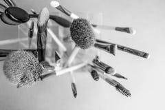 Un ensemble de beaux différents pinceaux noirs et blancs pour le maquillage du petit somme naturel pour des conseils et l'applica photos libres de droits