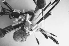 Un ensemble de beaux différents pinceaux noirs et blancs pour le maquillage du petit somme naturel pour des conseils et l'applica photographie stock libre de droits