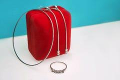 Un ensemble de bijoux féminins - un anneau argenté, boucles d'oreille et un bracelet image stock