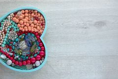 Un ensemble de bijoux pour des femmes sur un plateau en bois sous forme de coeur Images stock
