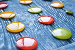 Un ensemble de boutons en verre colorés pour des vêtements Images libres de droits