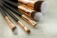 Un ensemble de brosses pour le maquillage se trouve sur la table dans le salon de beauté images libres de droits