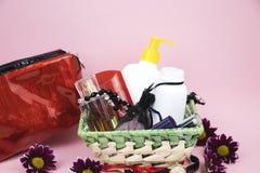 Un ensemble de cosmétiques comme cadeau à la femme Un cadeau pour le 8 mars, le jour des amants ou l'anniversaire photos stock