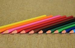 Un ensemble de crayons multicolores conçus pour la créativité des enfants photo libre de droits