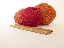 Un ensemble de crochets de crochet et de boules en bois de fil pour le tricotage Photos stock