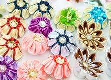 Un ensemble de différentes épingles à cheveux colorées image stock