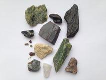 Un ensemble de différentes pierres sur un fond blanc Photos stock