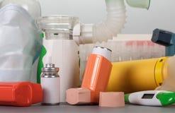 Un ensemble de dispositifs et de médecines pour le traitement des asthmatiques image stock