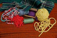 Un ensemble de fils colorés et de tissu de laine sur la table Photo stock