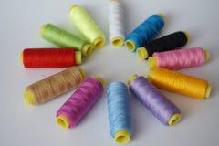 un ensemble de fils multicolores pour la couture Images stock