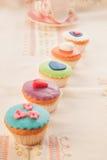 Un ensemble de gâteaux savoureux colorés. Photo stock