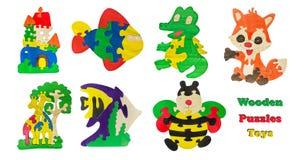 Un ensemble de jouets en bois du ` s d'enfants a isolé le fond blanc Jouets en bois de puzzles de collage Photographie stock