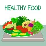 Un ensemble de légumes frais et organiques d'un plat blanc sur une table avec une serviette rayée Nourriture saine Image libre de droits