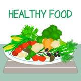 Un ensemble de légumes frais et organiques d'un plat blanc sur une table avec une serviette rayée Nourriture saine Images stock