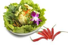 Un bassin de sept légumes et poivres de piment verts, Image stock